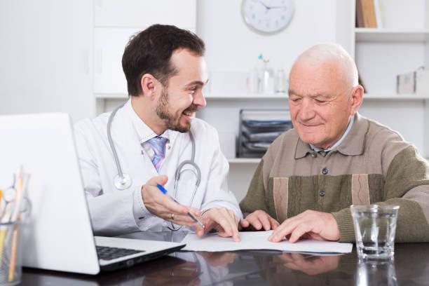 alter mann besucht doktor - spanische rezepte stock-fotos und bilder