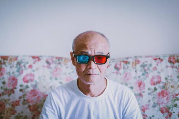 Vieil homme regarder avec des lunettes 3D - Photo