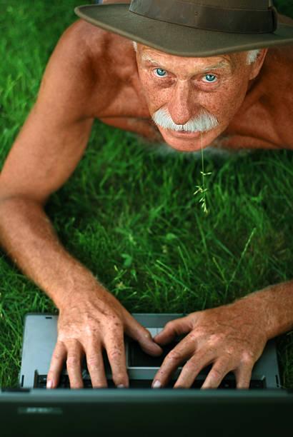 alter mann mit computer - garden types stock-fotos und bilder