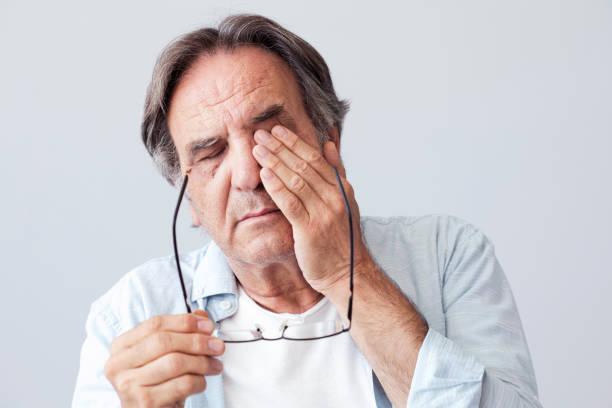 hombre con fatiga ocular - física fotografías e imágenes de stock