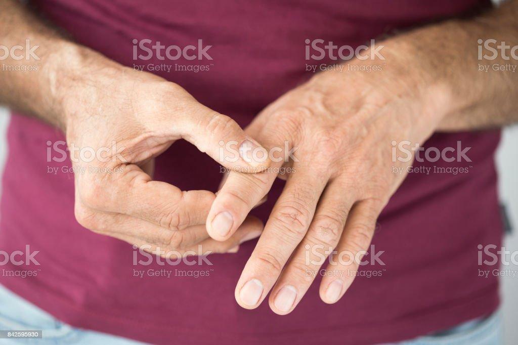 Vieil homme souffrant de maux de doigt - Photo