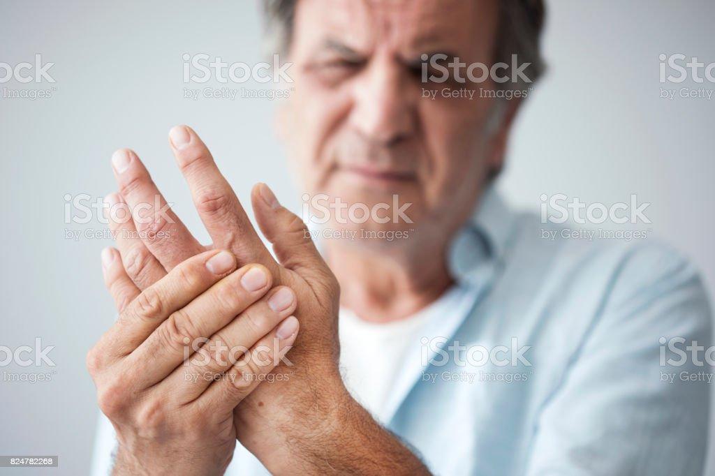 Homem velho com a dor do dedo - Foto de stock de Adulto royalty-free