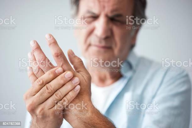 Alter Mann Mit Finger Schmerzen Stockfoto und mehr Bilder von Alt