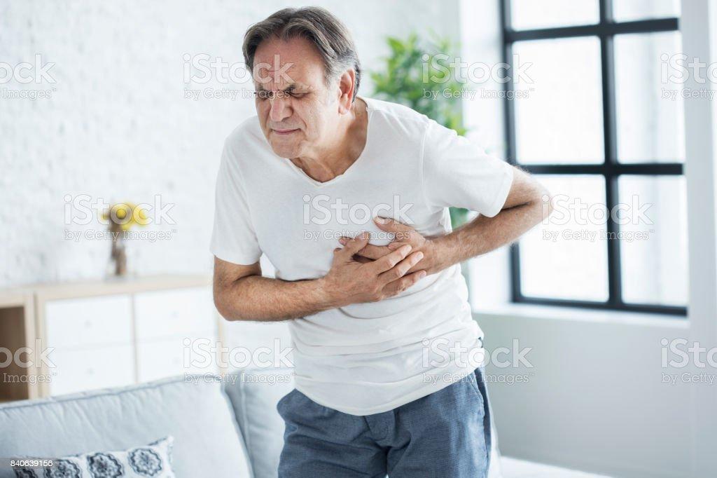 Vieillard avec la crise cardiaque - Photo