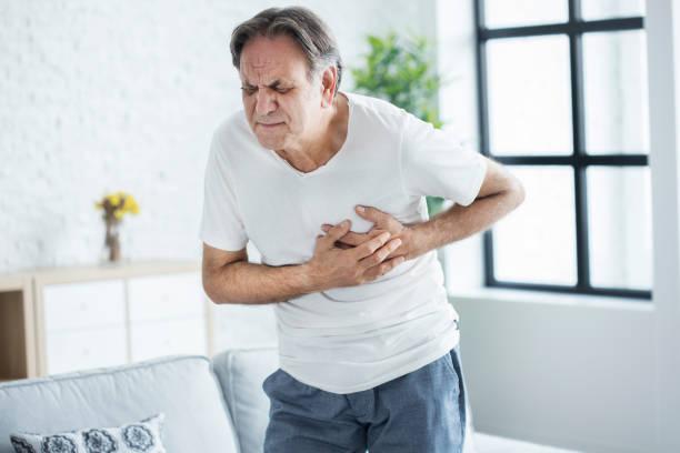 Velho com ataque cardíaco - foto de acervo