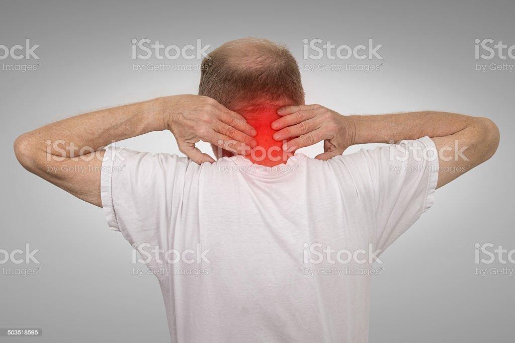 Viejo Hombre Con Dolor De Cuello Rojo Inflamado De Tocar ...