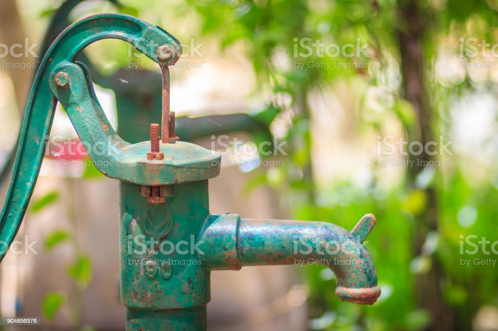 Oude Gietijzeren Waterpomp.Oude Handmatige Waterpomp Vintage Gietijzeren Waterpomp Met