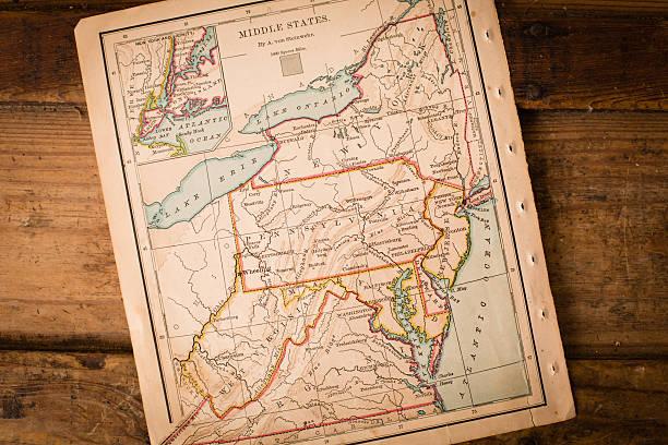 alte karte von middle states, sitzend schräge auf holz trunk - karten de stock-fotos und bilder