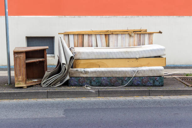 alte Matratzen, Möbel und Haushaltsgegenstände – Foto