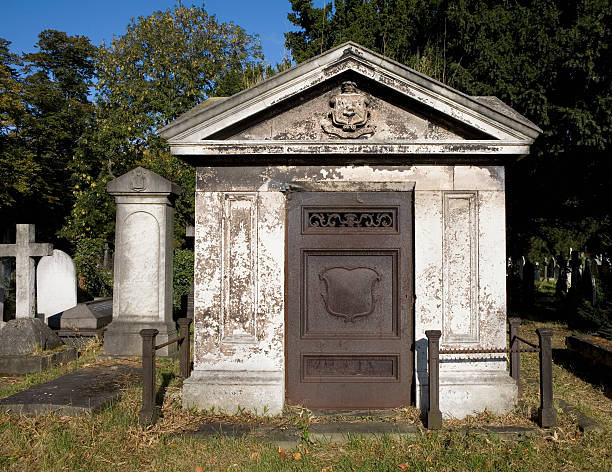 old mausoleum in london england - mausoleum stockfoto's en -beelden