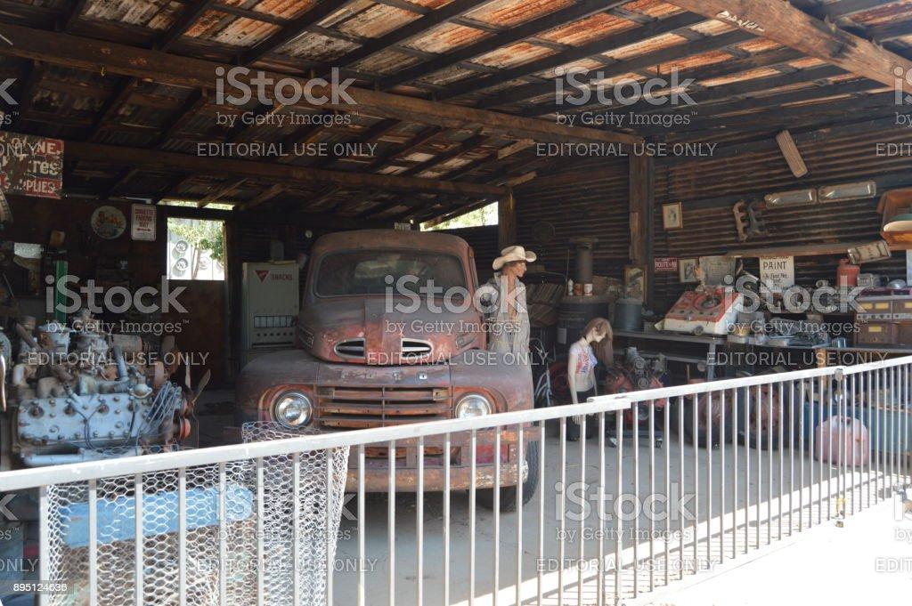 Antiguo taller mecánico en HackBerry, 22 de junio de 2017. Ruta 66. Estados Unidos de Arizona, EEUU. - foto de stock