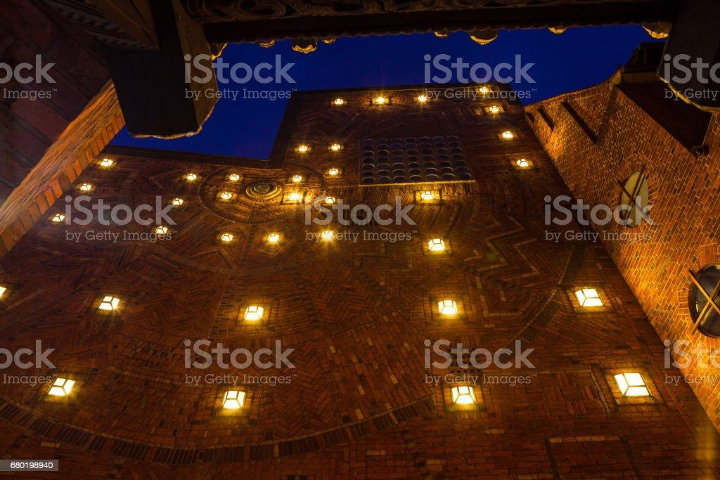 Vieux mur de briques médiéval, illuminé par les feux de la nuit - Photo