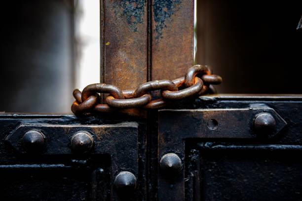 오래 된 금속 게이트 녹슨 금속 체인으로 덮여 있다. - 닫은 뉴스 사진 이미지