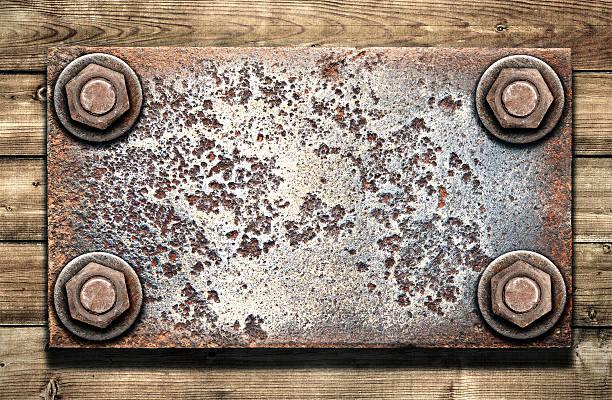 Alte Metall-Teller auf hölzernen Wand – Foto