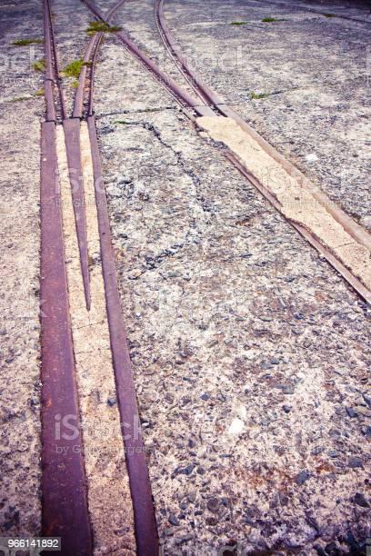 Vecchie Rotaie Metalliche In Una Zona Industriale Abbandonata - Fotografie stock e altre immagini di Acciaio