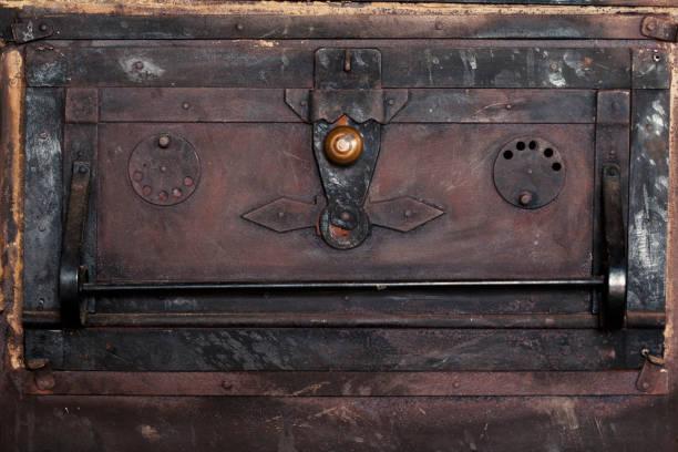 Alte Metall rostige Tür des Ofens – Foto