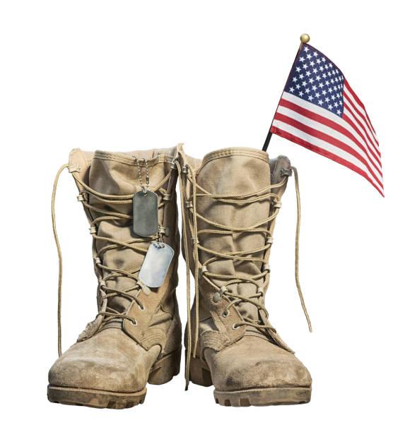 viejo militar combate botas con la bandera americana y etiquetas de perro - bota fotografías e imágenes de stock