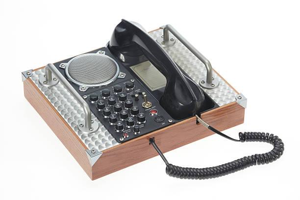 Militares telefone antigo isolado no fundo branco. - foto de acervo