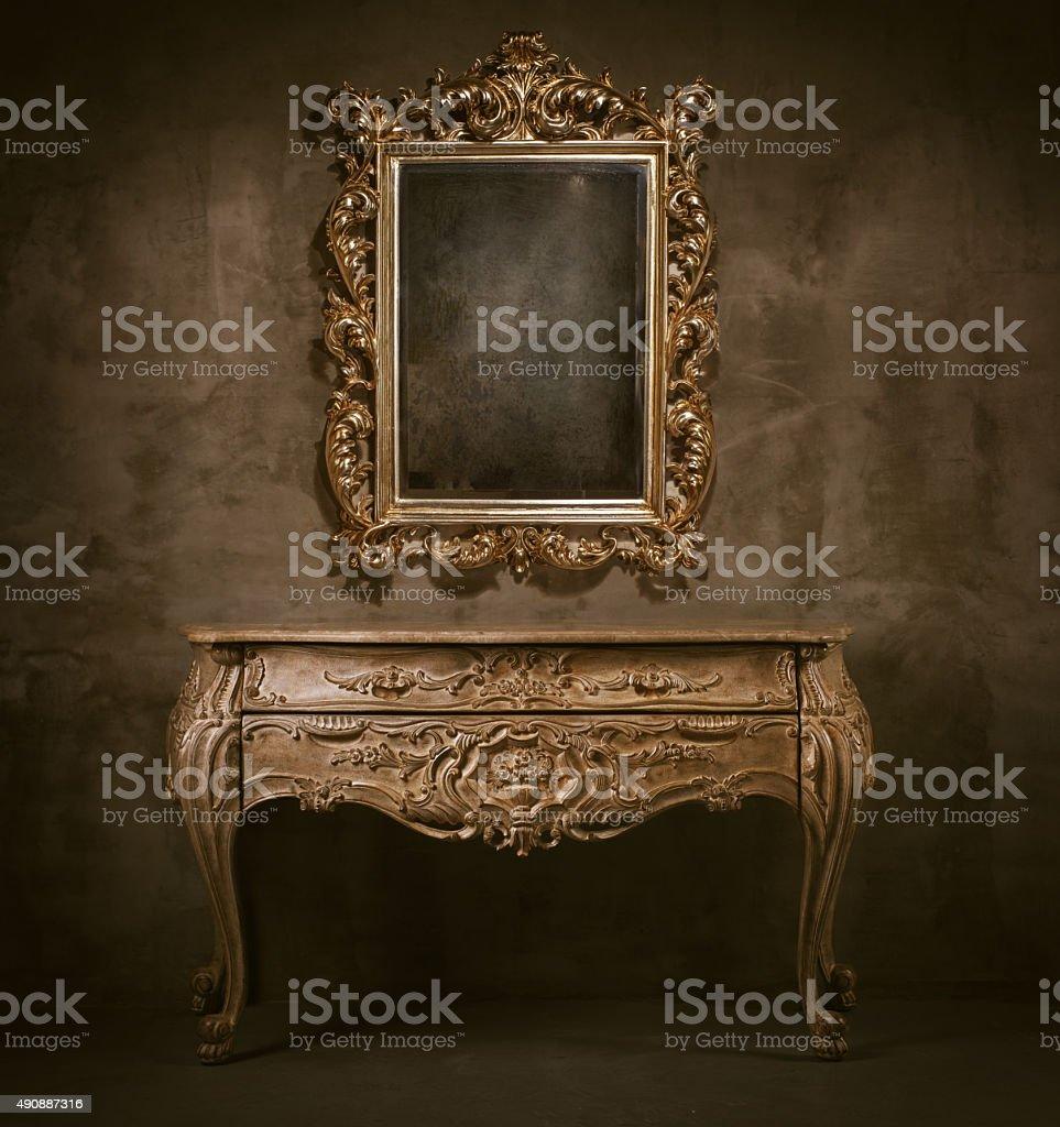 Espejo antiguo y sanitario - foto de stock