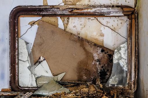 Oude Spiegel Vervallen En Gebroken Stockfoto en meer beelden van Absentie