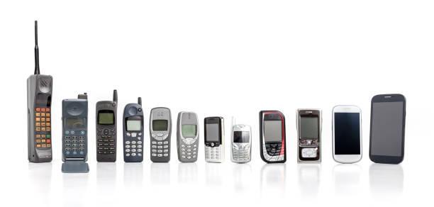 vecchio telefono cellulare dal passato al presente su sfondo bianco. - antico vecchio stile foto e immagini stock