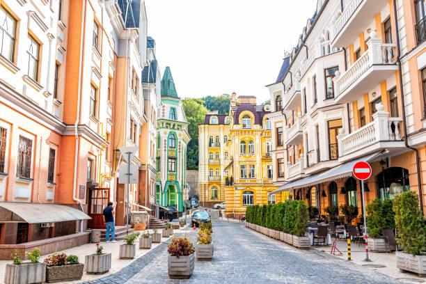 Edifícios de rua coloridos da cidade upscale histórica moderna velha da cidade de Kiev em casas multicoloridas da vizinhança de Podil vozdvizhenka - foto de acervo