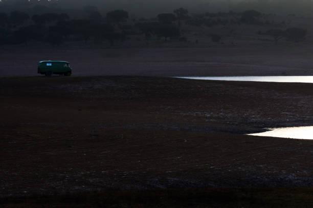 Alten Wohnmobil einsam an einem See – Foto