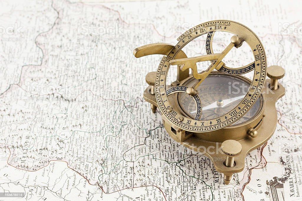 Antigua brújula mapa náutica y reloj de sol - foto de stock