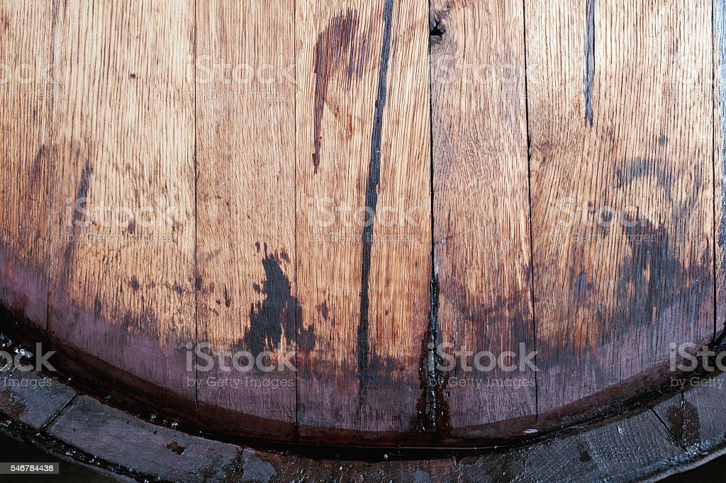 Old oak wine barrel with wine drips, leak traces. - foto stock