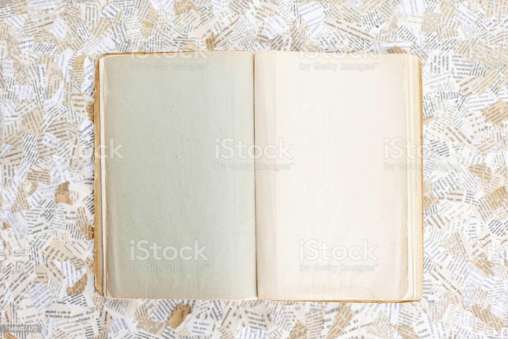 Alte eröffnete Buch – Foto