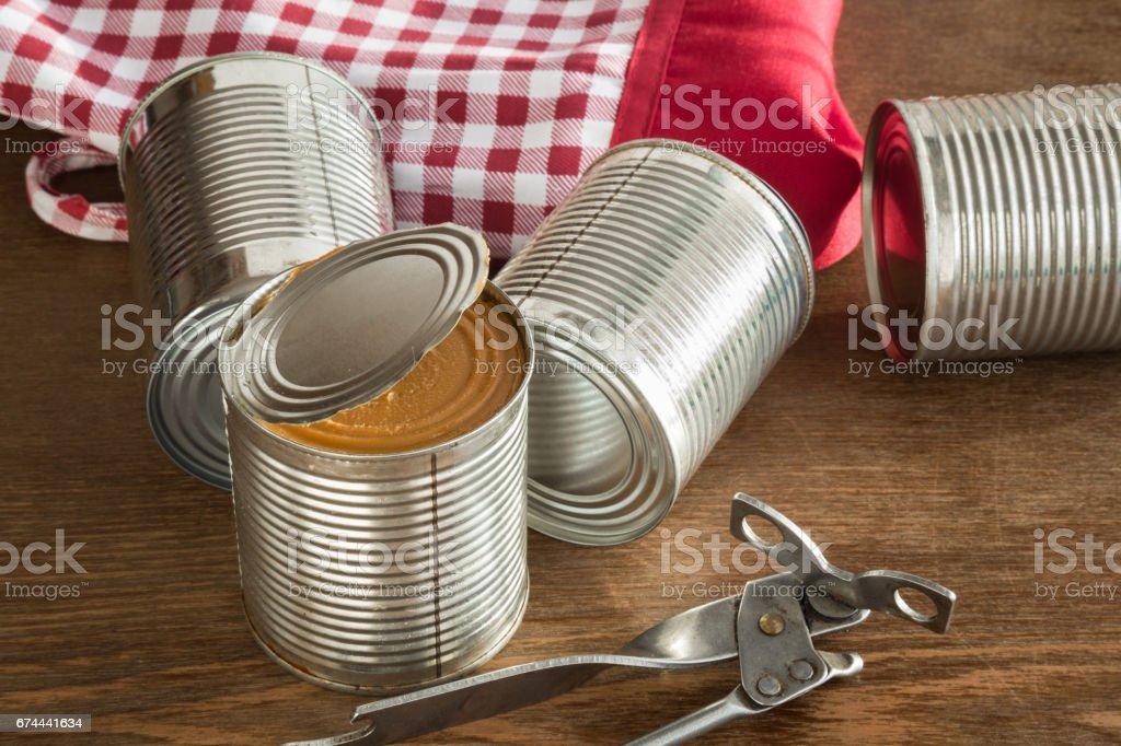 Antiguo abrelatas a metálico pueden sobre la mesa en la cocina. Alimentos enlatados. Leche condensada. Alimentación saludable y estilo de vida. - foto de stock