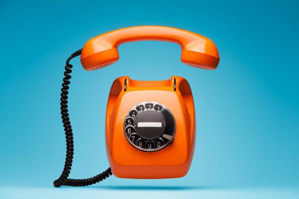 alte orange telefon läutet mit mobilteil ausschalten. - nostalgie telefon stock-fotos und bilder