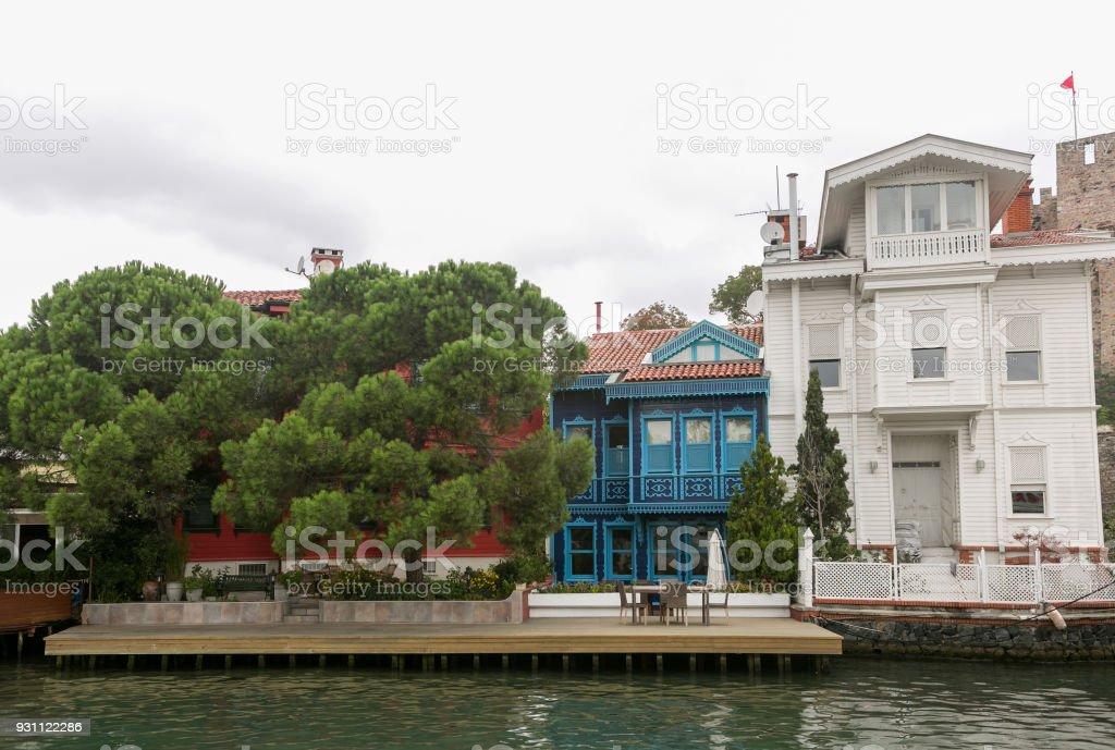 Eski Osmanlı tarzı evleri ve binaları Küçüksu mahalle boğaz Göksu Nehri istanbul Türkiye'nin - Royalty-free Ayaklı Puf Stok görsel