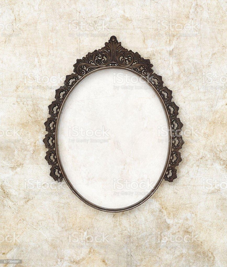 Fotografía de Antiguo Marco Oval Metal Trabajado Sobre Fondo De ...
