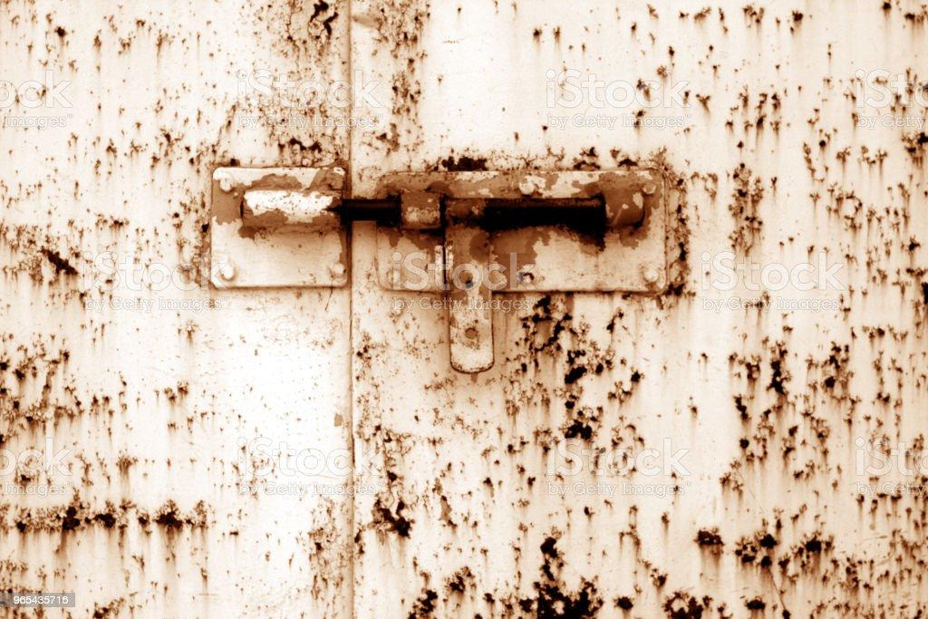 Ancien cadenas sur la porte en métal dans ton orange. - Photo de A l'abandon libre de droits