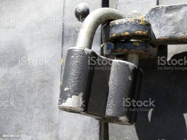 Foto de Cadeado Antigo Com Pintura Descascando Na Porta De Metal e mais fotos de stock de Abandonado