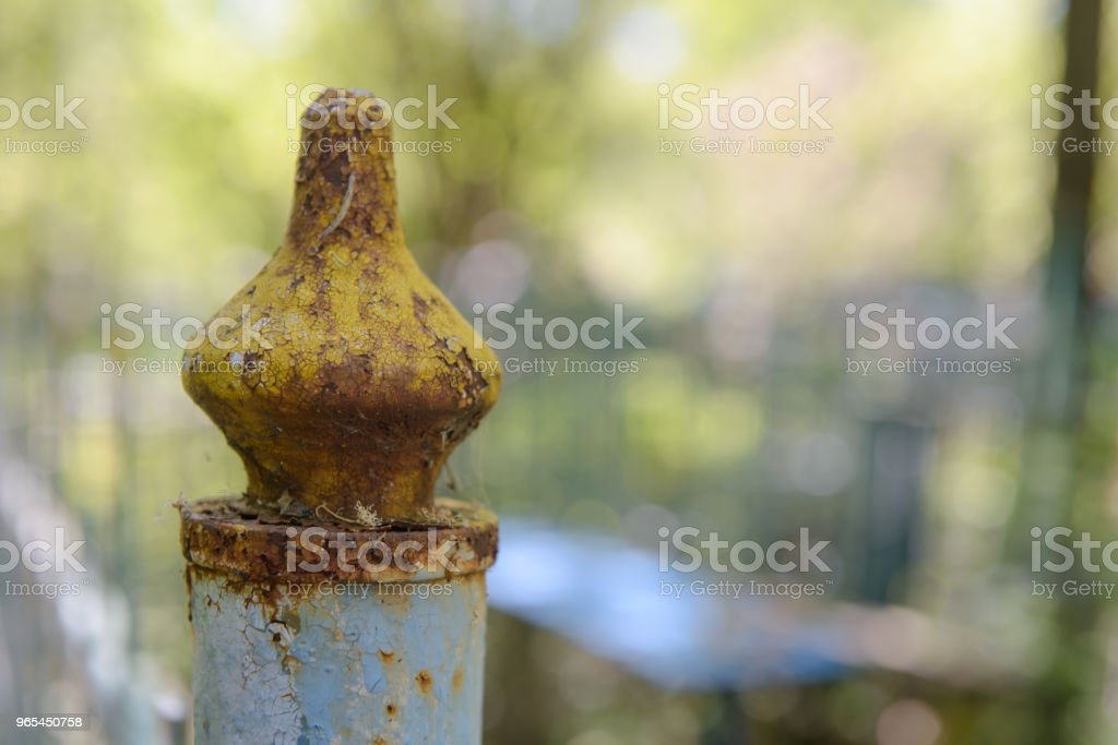 vieux makovka peinte et rouillée sur le poteau de clôture - Photo de Abstrait libre de droits