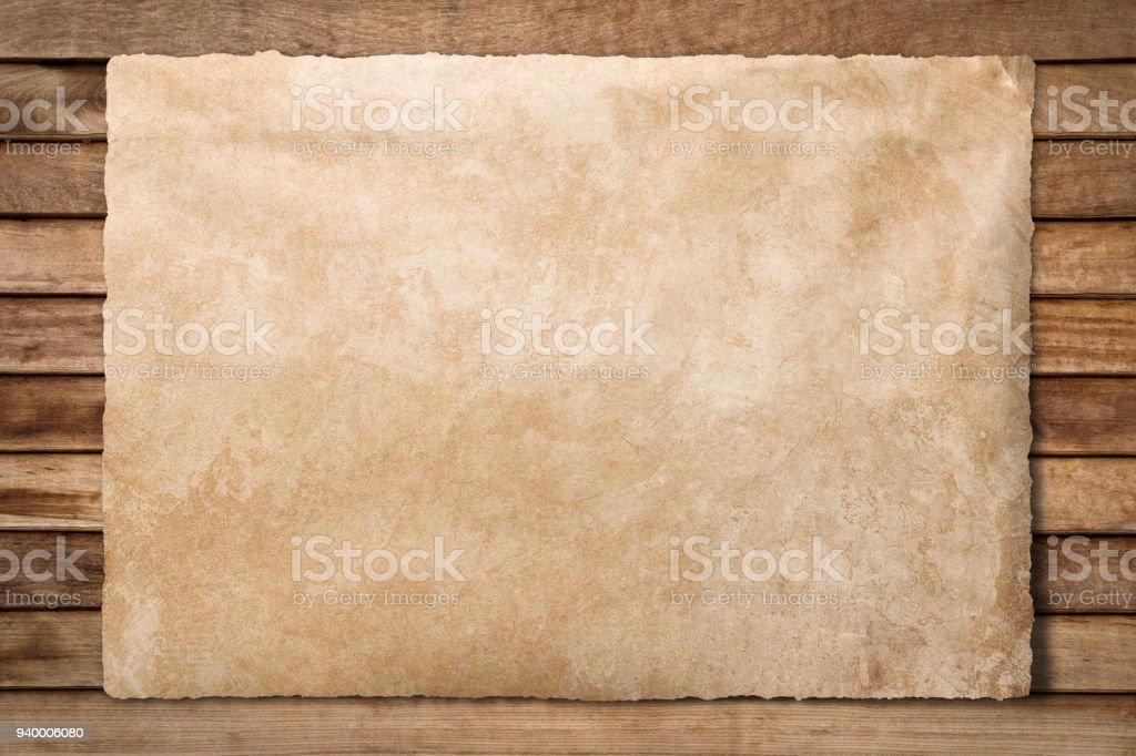 Ancienne feuille de papier sur fond en bois photo libre de droits