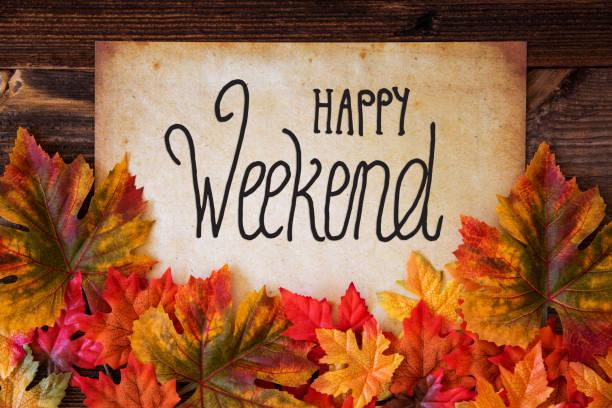 Altes Papier mit Text Happy Weekend, bunte Blätter Dekoration – Foto