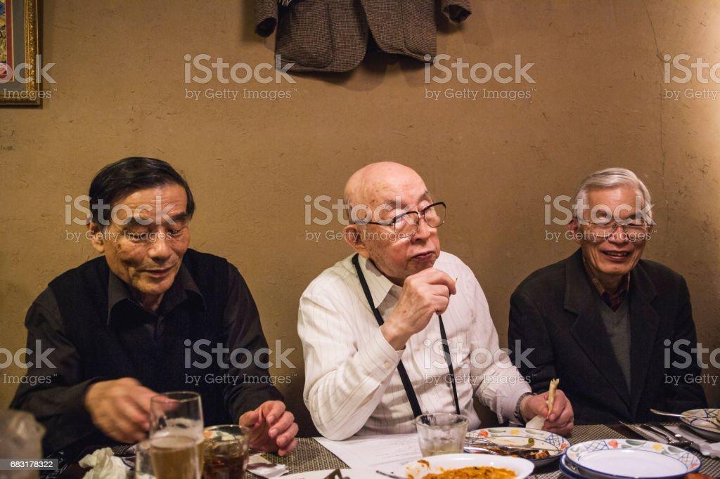함께 식사 하는 노인 royalty-free 스톡 사진