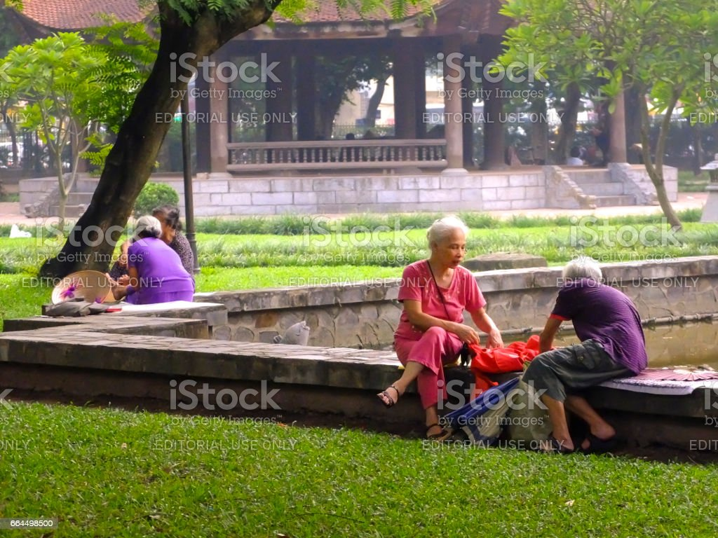 Old people sitting relaxed in the park стоковое фото