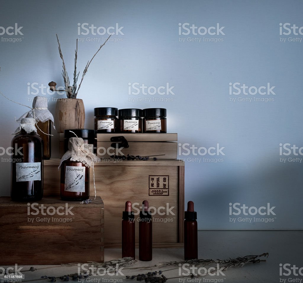 old pharmacy. bottles and jars on wooden shelves Lizenzfreies stock-foto