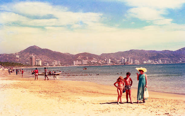 old picture of a family on summer vacations - viagens anos 70 imagens e fotografias de stock