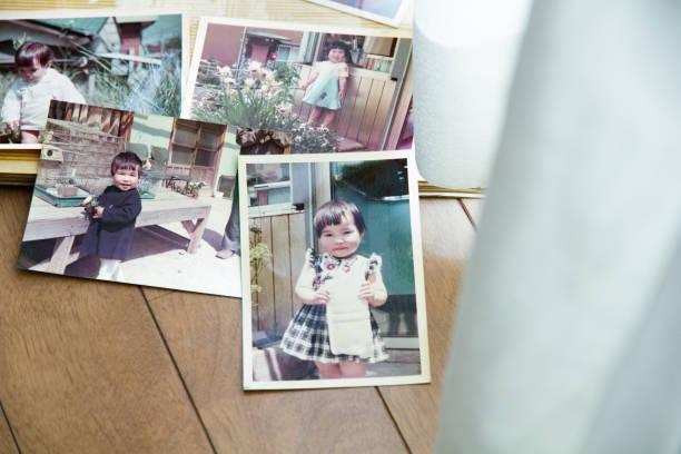 alte bilder, 70er jahre kind - lustige babybilder stock-fotos und bilder