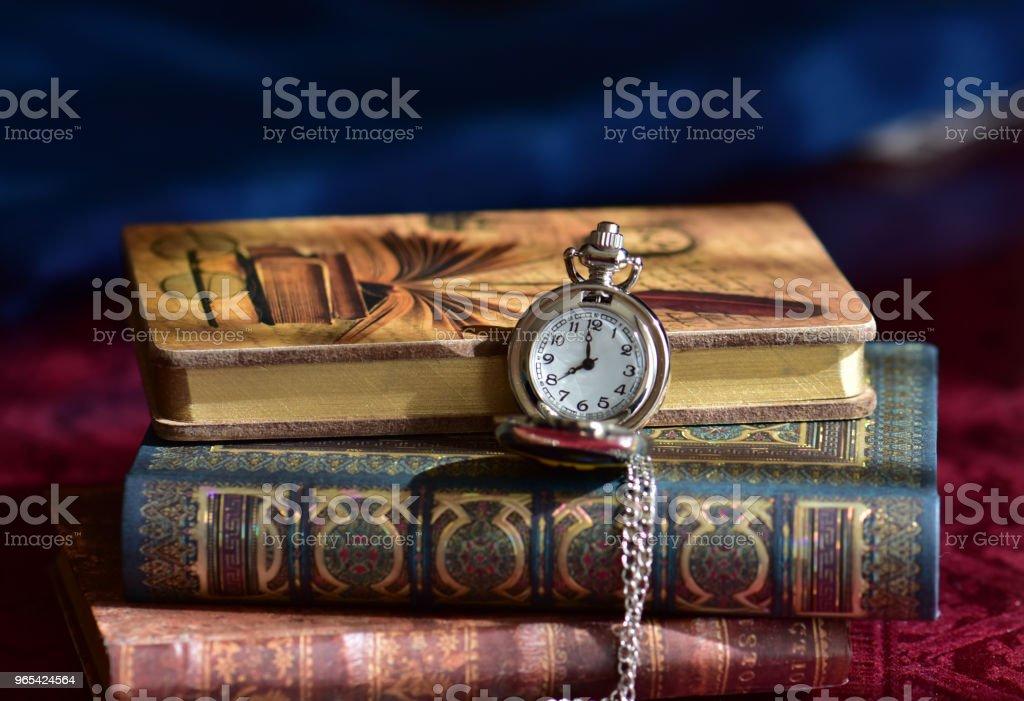 오래 된 회 중 시계 및도 서 - 로열티 프리 0명 스톡 사진