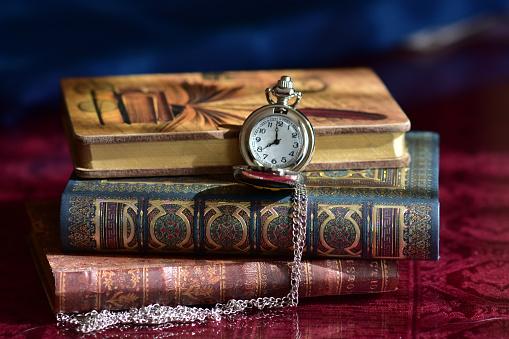 오래 된 회 중 시계 및도 서 0명에 대한 스톡 사진 및 기타 이미지