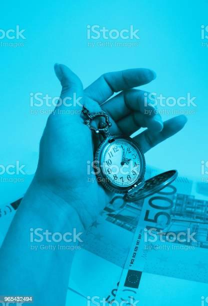 Foto de Velho Bolso Relógio Preensão Em Uma Mão Dinheiro De Notas De 500 Euros No Fundo Conceito De Tempo E De Negócios e mais fotos de stock de Alemanha