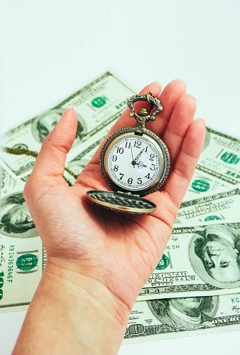 백그라운드에 미국 달러 지폐 돈 손에서 오래 된 포켓 시계 만요 시간 및 비즈니스 개념입니다 개념에 대한 스톡 사진 및 기타 이미지