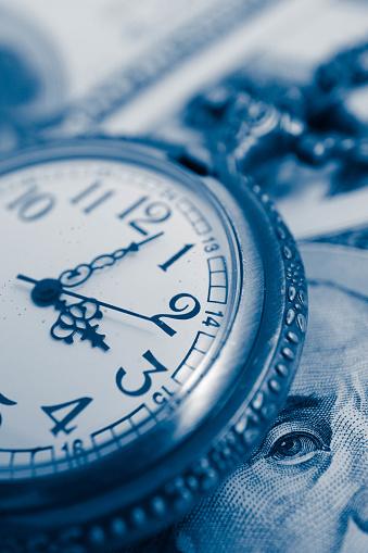 미국 100 달러 지폐 돈 프랭클린 대통령 초상화 매크로 보기와 오래 된 포켓 시계 시간 및 비즈니스 개념입니다 100 달러 지폐-캐나다 달러에 대한 스톡 사진 및 기타 이미지