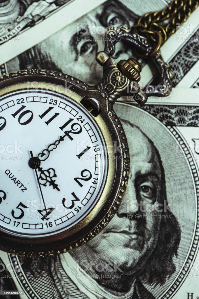 미국 100 달러 지폐 돈 프랭클린 대통령 초상화, 매크로 보기와 오래 된 포켓 시계. 시간 및 비즈니스 개념입니다. - 로열티 프리 100 달러 지폐-캐나다 달러 스톡 사진